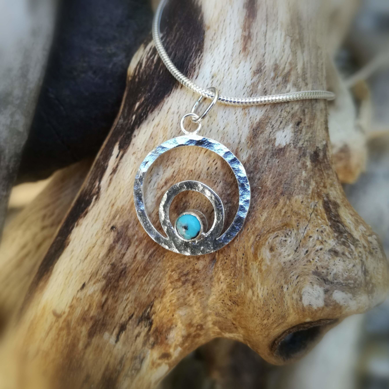 Joyfull circles with gemstone