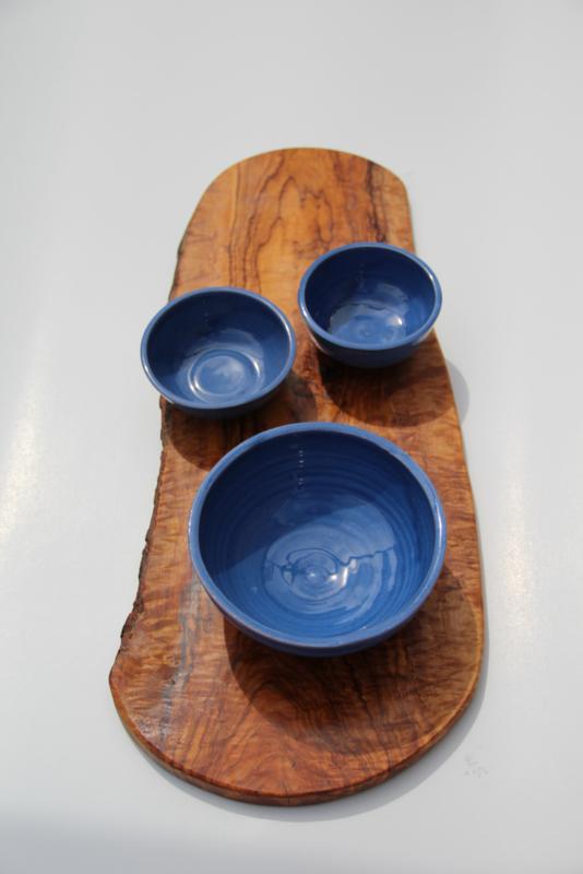 Olijfhouten plank met  donkerblauwe tapas schaaltjes