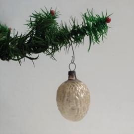 kerstversiering wit walnoot christmas ornament 1930s - 1950s