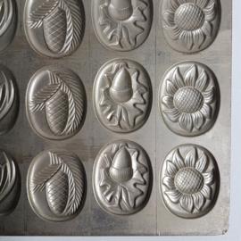 pasen eieren metaal chocolade vorm easter eggs chocolat mold 1950s