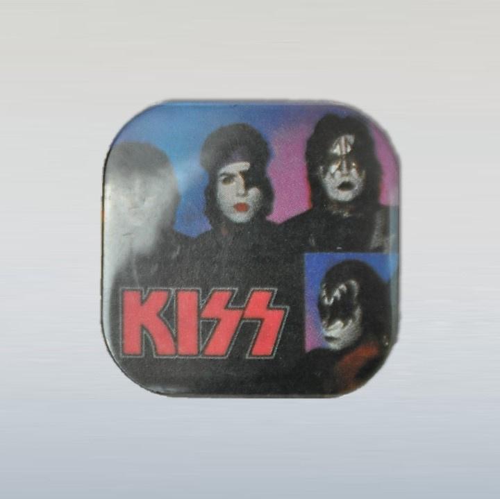 kiss button pin 1980s GRATIS VERZENDEN