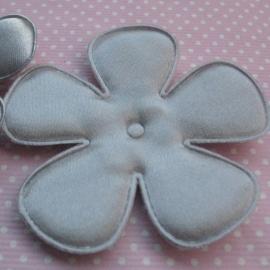 65mm zilvergrijs satijn bloem