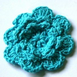 Gehaakte bloem AQUA BLUE 4cm groot