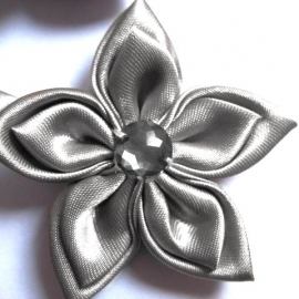 Grote dubbel kleurige satijn bloem met strass zilvergrijs