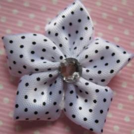 Wit polkadot bloem met rhinestone