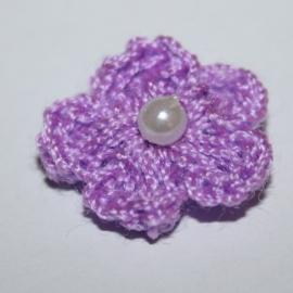 Lila gehaakte bloemetje met pareltje