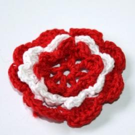Gehaakte bloem rood/wit p/s