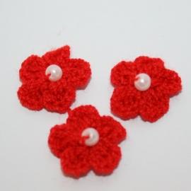 ROOD gehaakte bloemetjes met pareltje 1 stuks