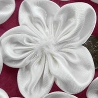 satijn bloem roset  wit  p/s