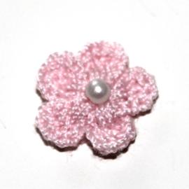 Licht ROZE gehaakte bloemetje met pareltje