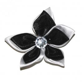 Grote dubbel kleurige satijn bloem met  witte strass zwart/wit