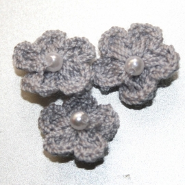 Grijs gehaakte bloemetjes met pareltje 1stuks