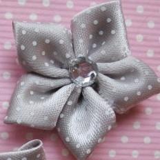 Grijs polkadot bloem met rhinestone