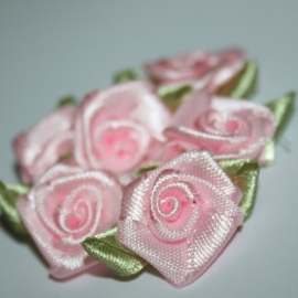 Roosje van satijn met blad roze