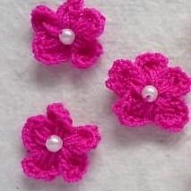 FUCHSIA gehaakte bloemetje met pareltje
