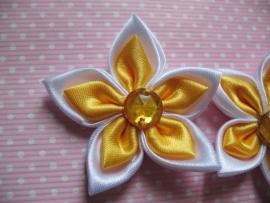 dubbel kleurige satijn bloem met strass okergeel/wit