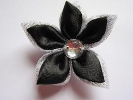 Grote dubbel kleurige satijn bloem met strass zilver/zwart