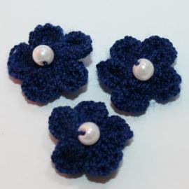NAVY gehaakte bloemetjes met pareltje 1 stuks