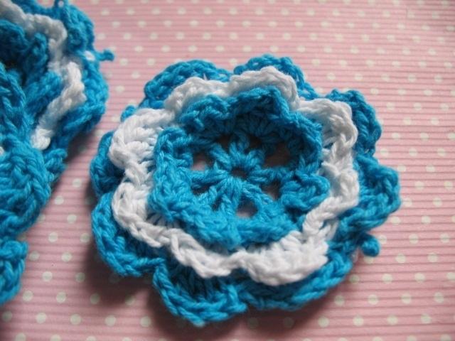 Gehaakte bloem felblauw wit 4cm groot