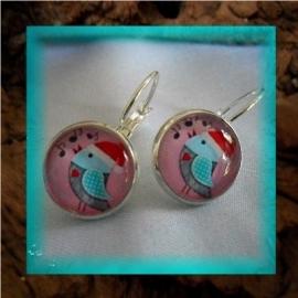 Oorbellen handgemaakt met glascabochon - vogeltje met kerstmuts roze