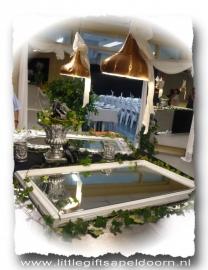 Spiegels en wanden als deuropening naar de bruiloftszaal