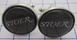 MAK111 Manchetknopen verzilverd zwart met tekst : Stoer