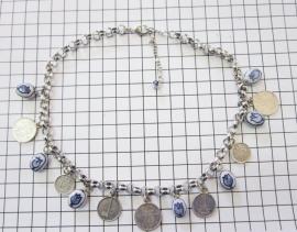 COL 017 Collier munten zwaar verzilverd en handgeschilderde delftsblauwe tulpjes.