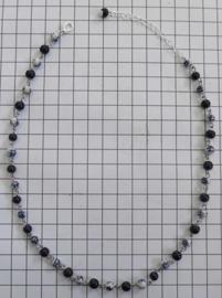 COL 028  collier met fijne handgeschilderde delftsblauwe molenkraaltjes, 6 mm doorsnede per kraaltje
