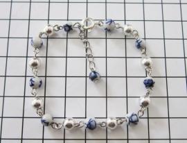 ARM 304 armband fijn delftsblauw handgeschilderde en verzilverde kraaltjes