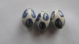 3 delftsblauwe handgeschilderde ovale porceleinen kralenmet tulpen.