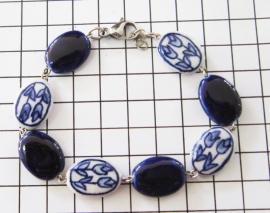 ARM 314 delftsblauwe armband ovale twee tulpenkralen en donkerblauw