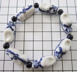 ARM 303 delftsblauwe klompjesarmband, handgeschilderd.