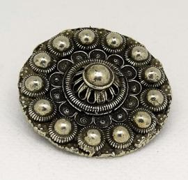 Broche Zeeuwse knop bloemvorm zwaar verzilverd  ZKB 909  EAN 0087184815286 geplaatst