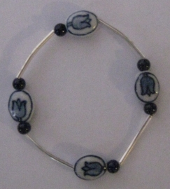 ARM 106 Armband delftsblauw porcelein, handgeschilderde tulpenkralen met verzilverde buisjes