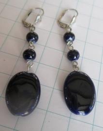 oorbellen geheel Delftsblauw ovaal plat met kleine ronde kralltjes