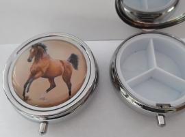 pillendoosje bruin paard dressuur EAN=0087184815040 geplaatst