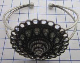 ZKA509 buigarmband grote Zeeuwse knop oogjesrand zwaar verzilverd