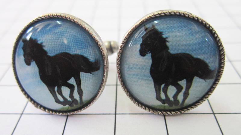 MAK051 Manchetknopen verzilverd galopperend zwart paard