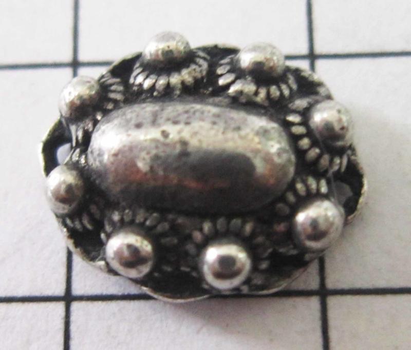 ovaal zeeuws knopje met twee kleine oogjes ZB014