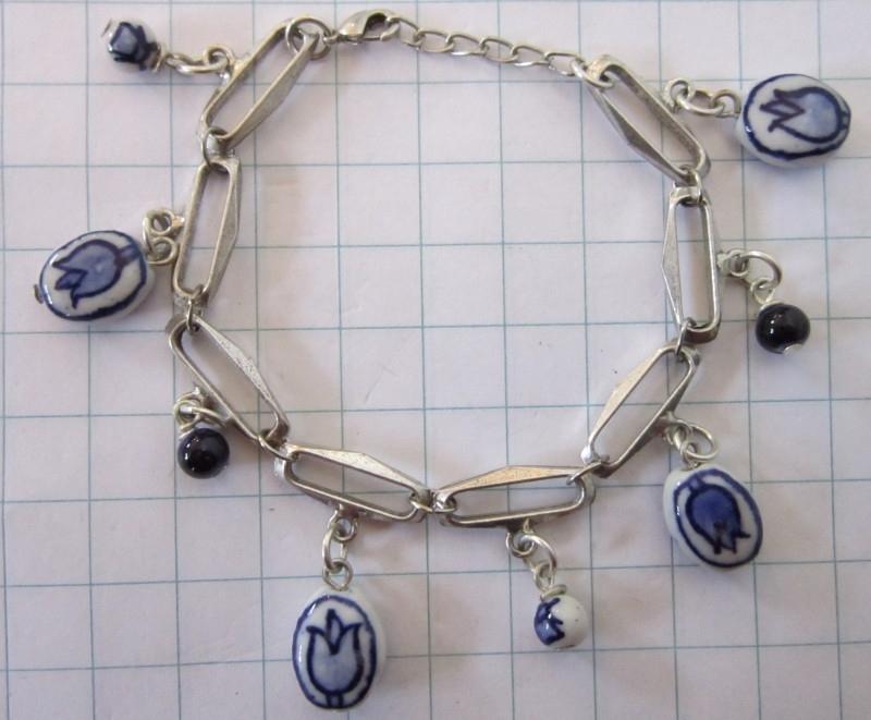 ARM 501 schakelarmband zwaar verzilverd met handgeschilderde delftsblauwe kralen.