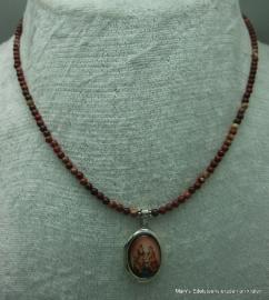 Poppy Jaspis ketting +zilv. medaillon Shiva, Parvati en Ganesha.