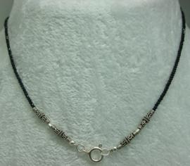 Black Spinel ketting facet 2 mm met zilver.