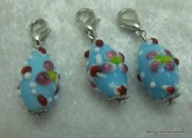 5 Glazen hangertje aan slotje, blauw+bloemetjes/stipjes