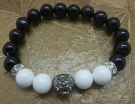 Onyx armband, stretch met schelpkralen en leeuwenkop.