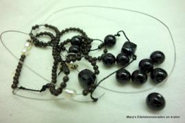 0002Diverse Black Spinel kralen van 2 mm tot ca ...............