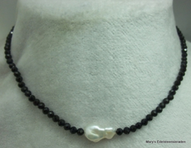 Black Spinel ketting facet 4 mm met parel (nr2)