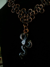 chainmaille mobius rosette ketting met slang glashanger (01kt905)