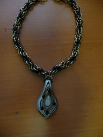 chainmaille dubbele spiraal ketting met witte druppelvormige glashanger (01kt907)