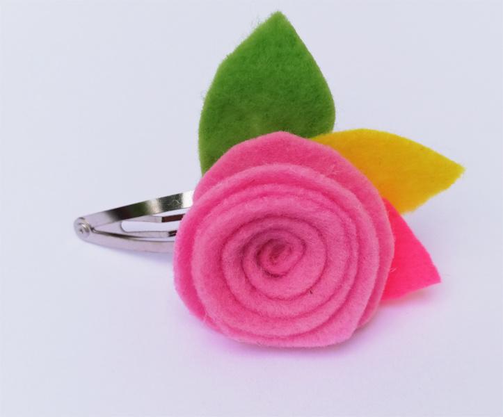 Gancho con flor de color rosada 1