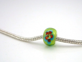 Limekleurige grootgatkraal met vrolijk gekleurde bloemen